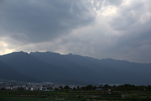 苍山 mountains with clouds