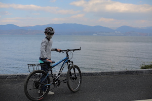 生活在大理life in dali-boy by the lake with bike
