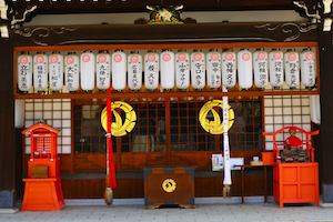 日本寺庙白灯笼 japanese shrine with white lanterns