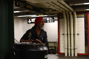 a band was playing at union square, this gentleman was drumming the trashcan by the stairway, joyfully. I could feel his peace and joy, he must be a real musician. 纽约联合广场街头乐队的自然伴奏人