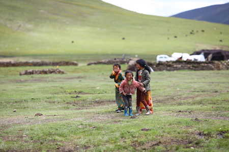 Tibetan children on grassland 理塘 litang