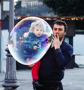 child with huge bubbles 孩子与泡泡 - not an illusion photography