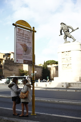 street sign by statues, Rome Italy 意大利罗马街头牌子